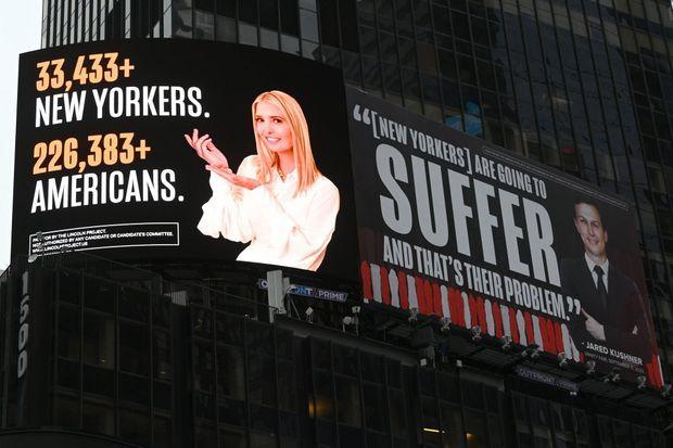 Deux écrans publicitaires dénonçant l'indifférence de Jared Kushner et Ivanka Trump face à la pandémie de coronavirus, à Times Square, à New York, le 28 octobre. Ces publicités, destinées à embarrasser les deux ex-New Yorkais dans leur ville, ont été financées par les républicains anti-Trump du Lincoln Project.
