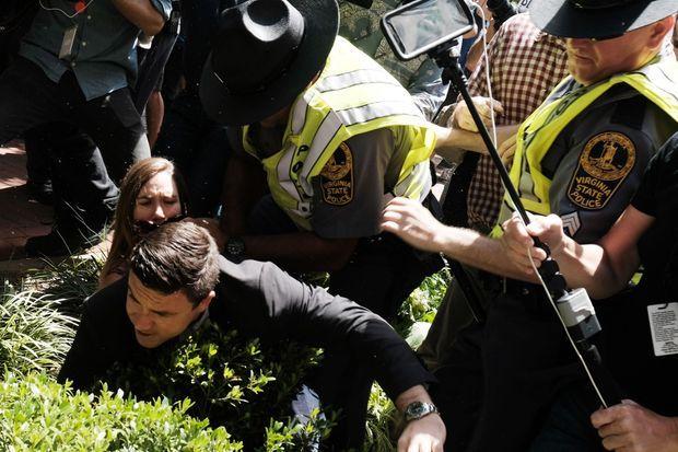Jason Kessler a été escorté après avoir été pris à partie au cours de sa conférence de presse.