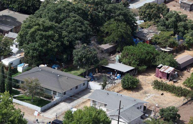 « 1554 Walnut Avenue, à Antioch, dans la banlieue de San Francisco. Côté rue : une maison banale et proprette, avec une jolie barrière en bois et un gazon entretenu. Le grand terrain à l'arrière abritait le campement-prison, éclairé grâce à un fil électrique tiré depuis la maison. » - Paris Match n°3146, 3 septembre 2009