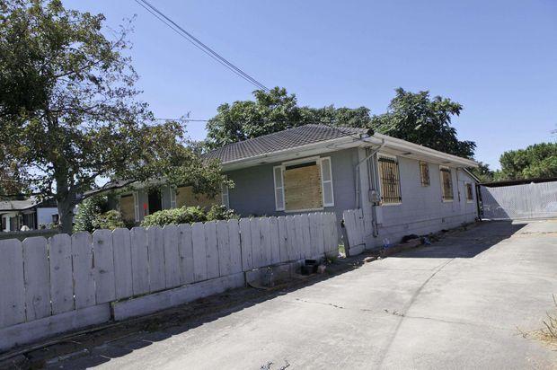 1554 Walnut Avenue, à Antioch, dans la banlieue de San Francisco. Côté rue : une maison banale et proprette, avec une jolie barrière en bois...