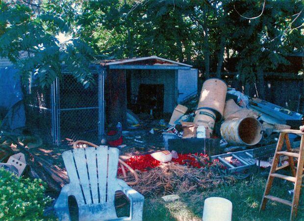 « C'est une cabane insonorisée. Elle ferme uniquement de l'extérieur. La cage en grillage mesure 1,50 mètre sur 2,50 mètres. Elle est couverte d'une bâche. » - Paris Match n°3146, 3 septembre 2009