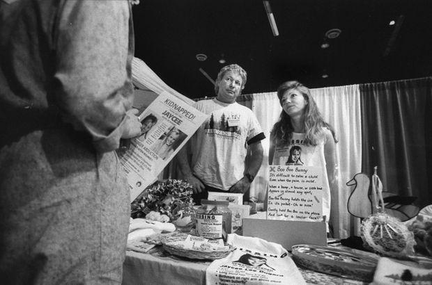 « Ils l'ont attendue pendant dix-huit ans. Quelques mois après l'enlèvement, Terry Probyn, la mère de Jaycee, et son mari, Carl, tiennent un stand pour récolter des fonds destinés à chercher la petite fille. Le couple, brisé par l'angoisse, a fini par se séparer. » - Paris Match n°3146, 3 septembre 2009