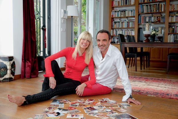Chez eux, près de Paris, Tina et Nikos devant les photos d'enfance de l'animateur.