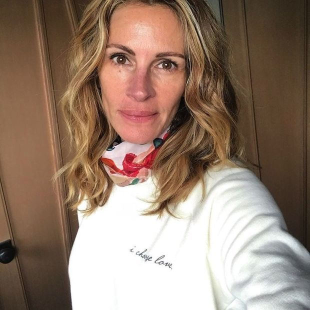 «Je reste à la maison», poste l'actrice qui soutient la collection «I Choose Love»: pour chaque sweat acheté, 7 dollars sont reversés aux familles défavorisées en confinement