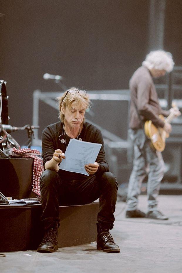 Jean-Louis Aubert étudie la liste des chansons.