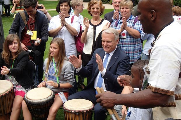 Le Premier ministre s'essaie au djembé sous le regard de son épouse Brigitte.