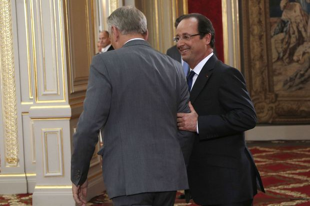 A la fin de la conférence de presse, Jean-Marc Ayrault et François Hollande ont quitté la salle ensemble.