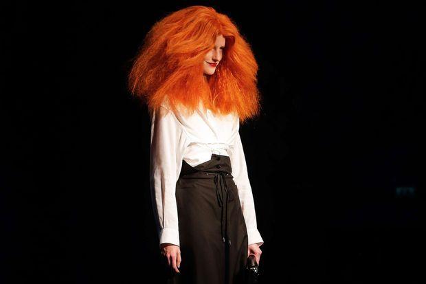 Le mannequin reprenant la silhouette et la crinière flamboyante de Grace Coddington.