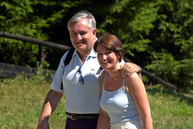 Jean-Pierre et Anne-Marie Raffarin lors d'une promenade en Haute-Savoie, le 3 août 2003. L'épouse du Premier ministre confiera, des années plus tard, avoir redouté que «son couple ne résiste pas à sa nomination».