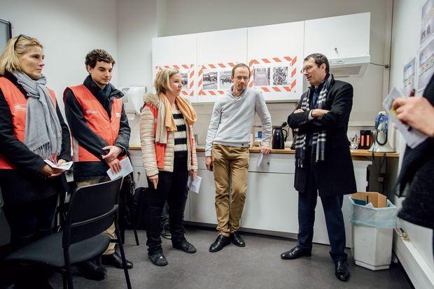 Jean-Pierre Farandou avec des «gilets rouges», chargés de répondre aux questions des voyageurs lors des périodes de grande affluence, à la gare de Lyon, le 3 janvier.