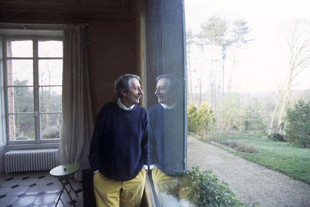 « Jean Rochefort a transformé la maison qu'il a achetée près de Rambouillet pour y faire entrer la lumière à flots. » - Paris Match n°2694, 11 janvier 2001