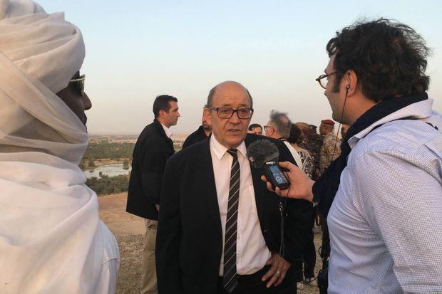 Dernière étape avant de partir pour l'Egypte, une nuit à Faya Largeau au Tchad, ici le 26 février 2017 Jean-Yves Le Drian donne une interview à Rfi
