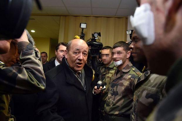 Jean-Yves Le Drian avec les trois soldats agressés mardi.