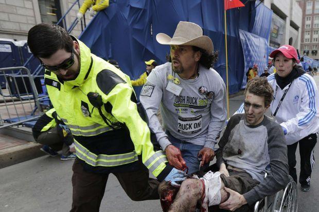 Cette photo montrant Jeff Bauman et Carlos Arredondo, prise par un photographe de l'agence AP, a fait le tour du monde.