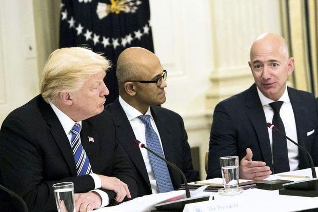 Pendant une table ronde sur la haute technologie à la Maison-Blanche, le 19 juin 2017. Les relations de Jeff Bezos avec Donald Trump sont plutôt fraîches. Le propriétaire d'Amazon est aussi le patron du « Washington Post » qui ne cesse d'attaquer le président.
