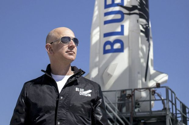 Jeff Bezos est venu assister au lancement de « New Shepard ». Ce jour de 2015, la fusée va réussir son premier vol complet avec retour sur sa base de Blue Origin, près de Seattle. En 110 secondes, elle atteint une hauteur de 40 kilomètres ! Le premier pas vers le tourisme spatial.