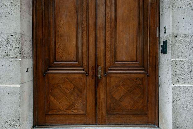 L'entrée de la vaste demeure de Jeffrey Epstein à New York. A gauche, sur le mur, ses initiales.