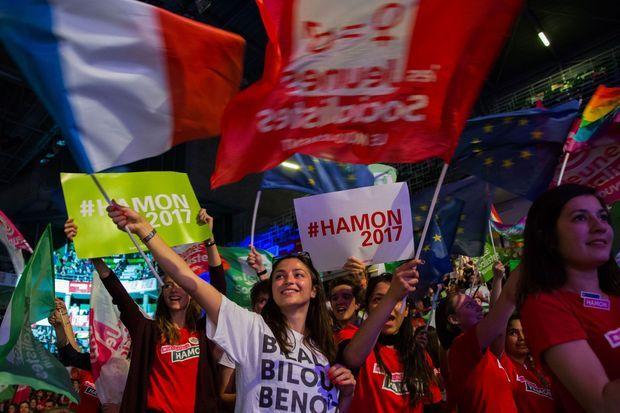 Des supporters de Benoît Hamon lors d'un meeting à Lyon le 11 avril.