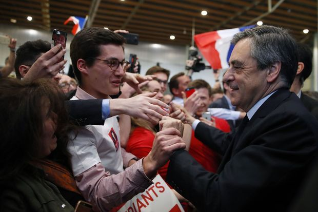 De jeunes partisans saluent François Fillon à Lille, le 18 avril.