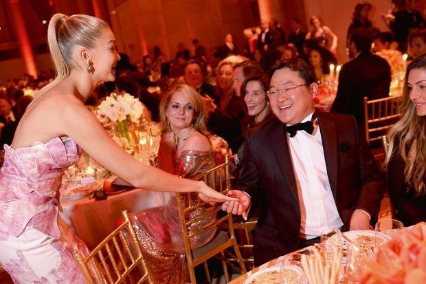 Jho Low, l'homme par qui le scandale est arrivé, lors d'une soirée caritative à New York en octobre 2014, avec le mannequin Gigi Hadid.