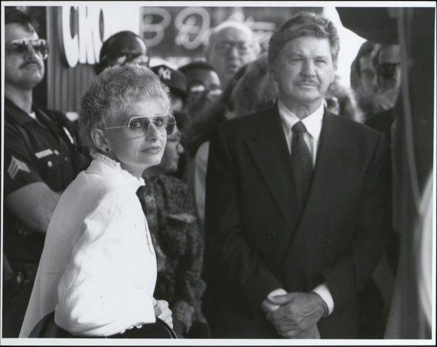 Jill Ireland recevant son étoile sur Hollywood Boulevard, en compagnie de son époux Charles Bronson, le 25 avril 1990, un mois avant sa disparition.