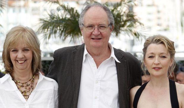 Jim Broadbent, entouré de Ruth Sheen et Lesley Manville (Another Year)-
