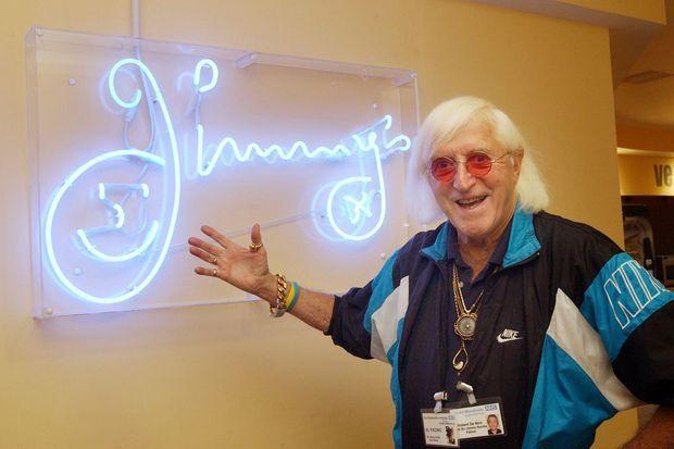 Jimmy Savile en 2005, devant la cafeteria qui porte son nom dans un hôpital de Stoke Mandeville.