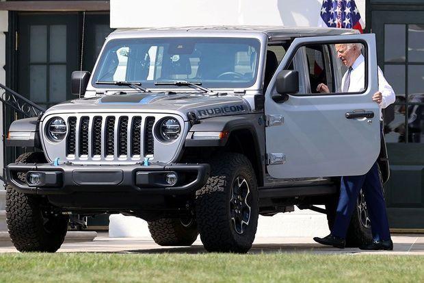 Joe Biden s'installe à bord d'une Jeep hybride rechargeable, produite par Stellantis.