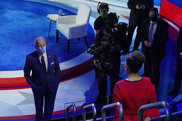 Joe Biden échange avec une électrice, jeudi soir à Philadelphie, en Pennsylvanie.