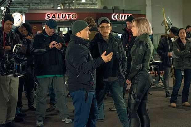 Joe et Anthony Russo face à Scarlet Johansson (Black Widow) sur le tournage.