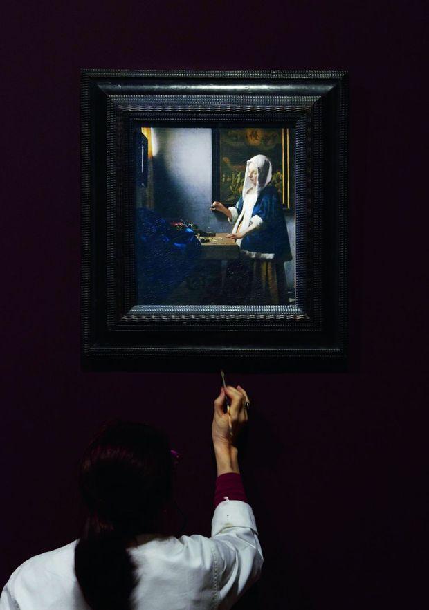 Johannes Vermeer (1632-1675), « Femme à la balance », vers 1664, huile sur toile, 40,3 x 35,6 cm. Pendant l'accrochage.
