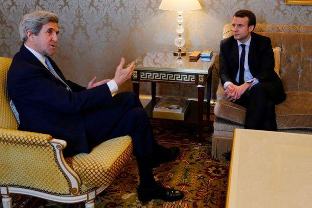 John Kerry rencontre Emmanuel Macron le 3 mars 2017 à Paris.