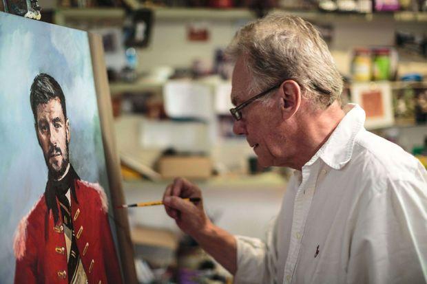 """John Myatt en 2014. L'ancien faussaire peint un portrait du footballeur Steven Gerrard à la manière du """"Portrait du général John Burgoyne"""" de Joshua Reynolds."""