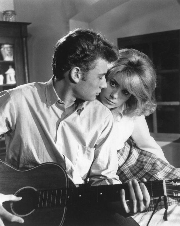 En 1961, Vadim transforme une bluette en film sexy : Johnny et Deneuve se rencontrent sur le tournage des «Parisiennes». A travers ses deux interprètes, Roger Vadim, qui était alors le compagnon de l'actrice, fera émerger une onde de sensualité du sketch «Sophie», qu'il réalise pour cette comédie destinée à un public adolescent.