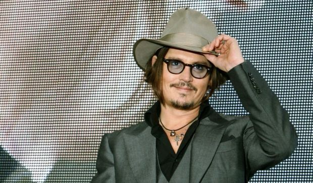 Johnny Depp souriant-