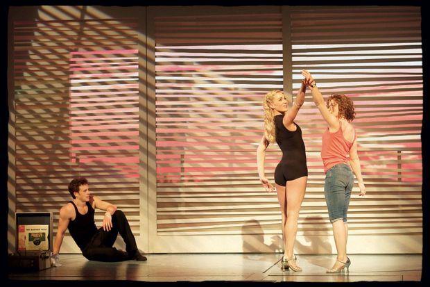 """La troupe de """"Dirty Dancing"""" sur la scène du Palais des Sports."""
