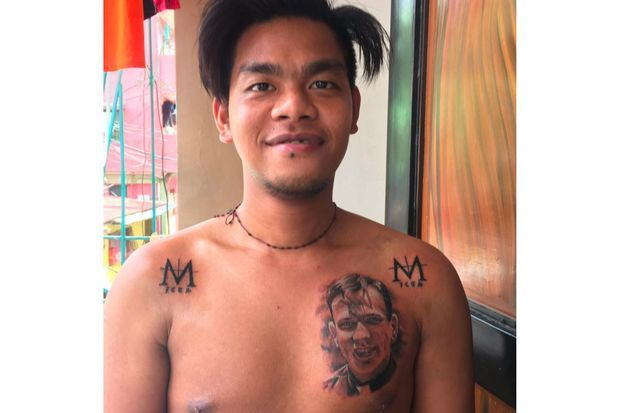 Jomar montrant son tatouage en hommage au père Dauchez.