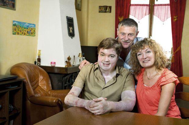 Avec sa mère, Marie-Pierre, et son père, Frédéric. Une famille soudée.