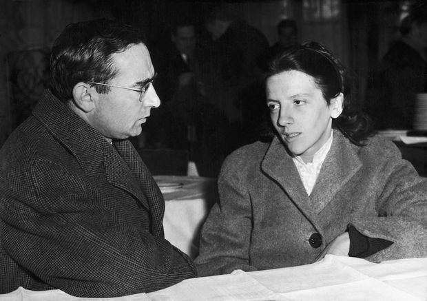 Josette Audin avec son avocat Me Jules Borker, lors de leur conférence de presse donnée le 3 décembre 1957 à Paris à propos de la disparition de son mari Maurice Audin.