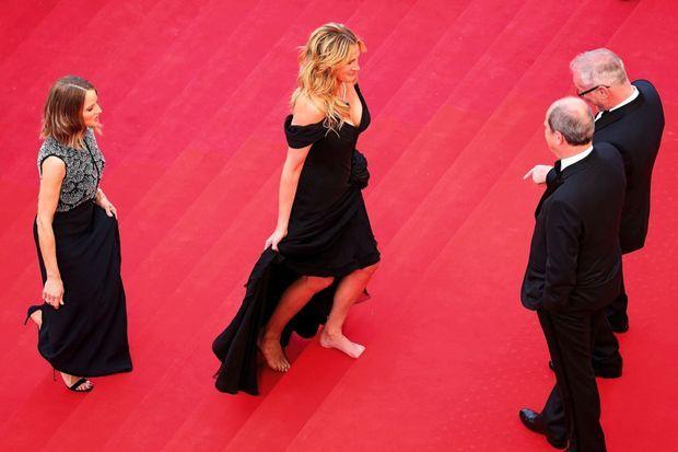 Juste une couche de vernis à ongles pour monter les marches du Palais des Festivals à Cannes, en 2016. Un clin d'œil à la dictature des talons aiguilles.