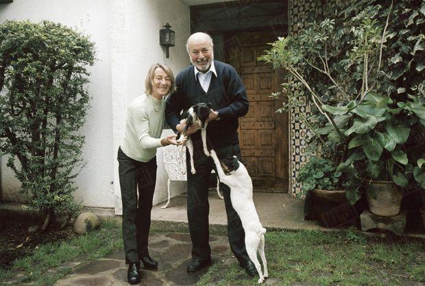 « Héros national au Chili, Juan Guzman habite à Santiago avec sa femme, Inès, et leurs deux fox-terriers, Cacique et Floro. Il est aujourd'hui doyen de la faculté de droit de l'université centrale de Santiago, et son épouse se consacre à la défense de l'environnement. » - Paris Match n°2937, 1 septembre 2005