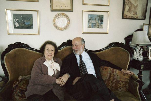 « Juan Guzman avec sa mère, Raquel, âgée de 90 ans aujourd'hui. Juan Guzman a été élevé dans une famille de la haute bourgeoisie chilienne. Son père était diplomate et écrivain. » - Paris Match n°2937, 1 septembre 2005