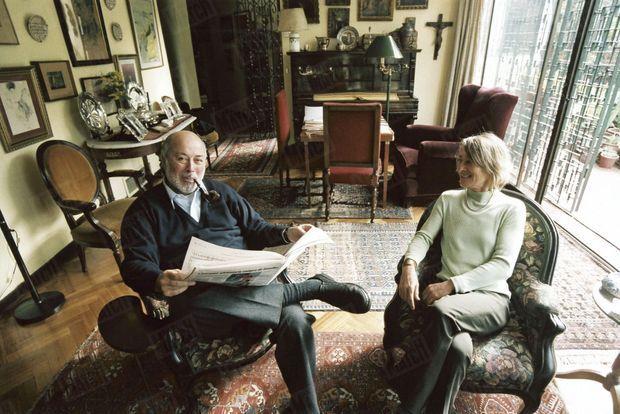 « Juan Guzman avec Inès, il habite l'ancienne maison de ses parents, dans le quartier Providencia de Santiago. » - Paris Match n°2937, 1 septembre 2005