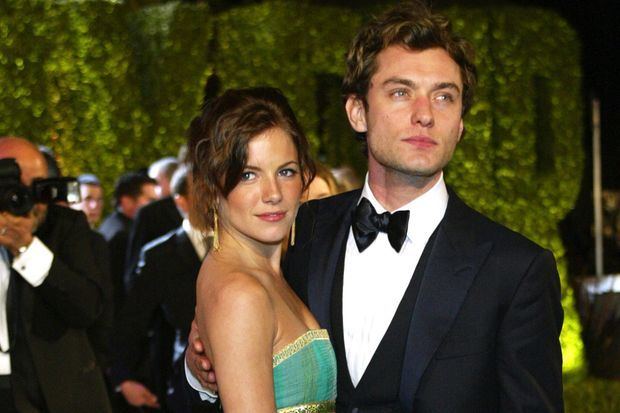 Sienna Miller et Jude Law en 2004.