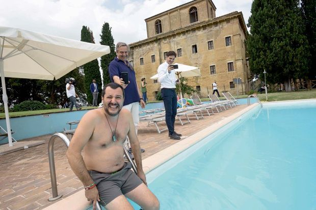 Juillet 2018. Un coup médiatique et un pied de nez à la Mafia : son plongeon dans la piscine d'une villa de Suvignano, près de Sienne, confisquée à un truand.