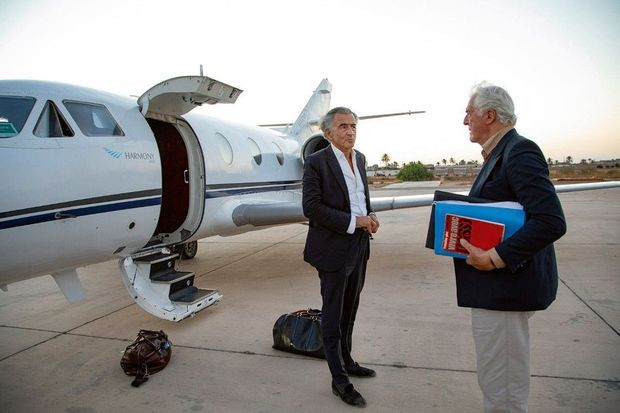 Juillet 2020, Libye. Après une embuscade qui a failli leur coûter la vie, BHL et Gilles Hertzog quittent l'aéroport de Misrata.