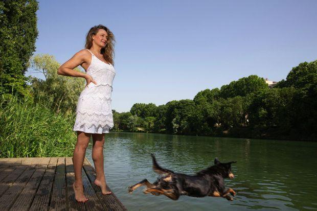 Julie autorise Tamagine, son fidèle partenaire, à piquer une tête dans la Marne, avant de filer dans Paris surchauffé.