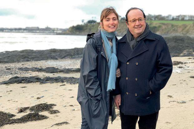 Pour affronter la météo incertaine, elle lui a offert un caban de marin. Au bras de Julie Gayet, l'ancien président a trouvé son cap. A Granville, le 28 décembre 2017.