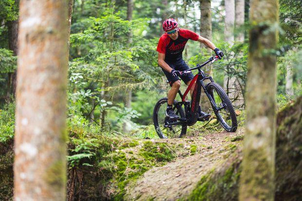 Julien Absalon en compétition, avec son vélo à assistance électrique.