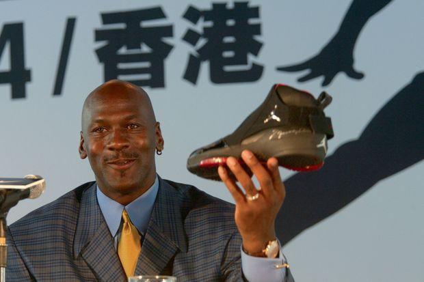 Son logo : « jumpman », l'homme volant. Les Air Jordan 19, en 2004, sont présentées en conférence de presse.
